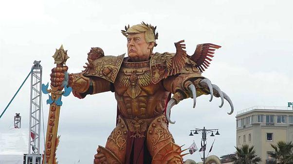 """Donald Trump """"l'imperatore"""" sui carri del carnevale di Viareggio"""