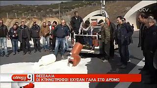 Agricoltori greci bloccano autostrada