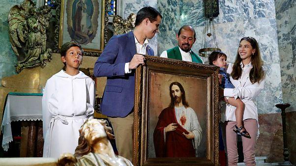 شاهد: غوايدو يحضر قداساً في كاراكاس مع عائلته وسط هتافات أنصاره
