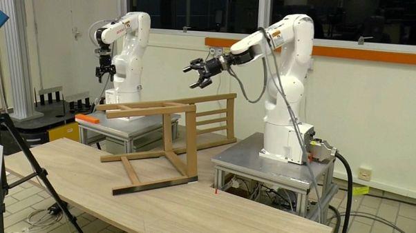 Mobilya monte edebilen robot