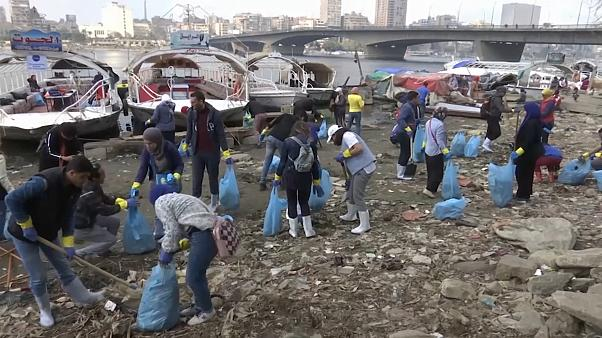 """شاهد: """"شباب النيل"""" حملة مصرية لتنظيف النهر والتوعية بمخاطر التلوث بالبلاستيك"""