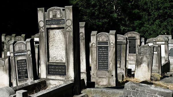 الشرطة البريطانية تفتح تحقيقاً حول تشويه مقابر يهودية باعتبارها جريمة كراهية