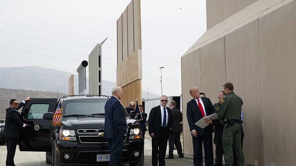 ترامب متفقداً نماذج من جدار في كاليفورنيا في مارس الماضي