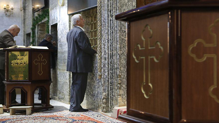 رجل يصلي في كنيسة أرثوذكسية في برطلة العراقية