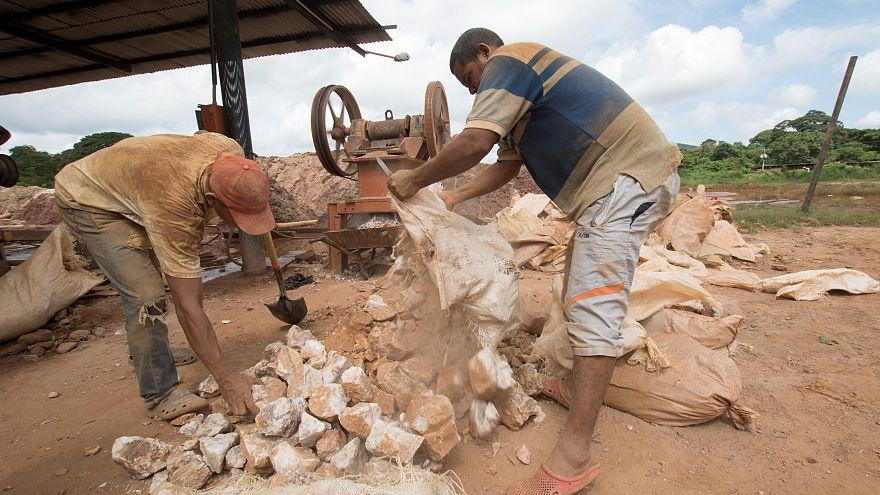 Venezuela'da vatandaşlar dağda altın madeni arıyor