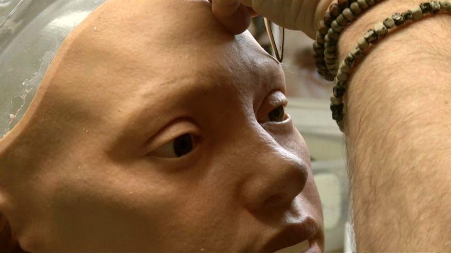 آي دا.. أول رسامة روبوت تقيم معرضاً للوحاتها في بريطانيا