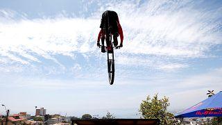 Escadinhas abaixo, de bicicleta e a 60 km/h