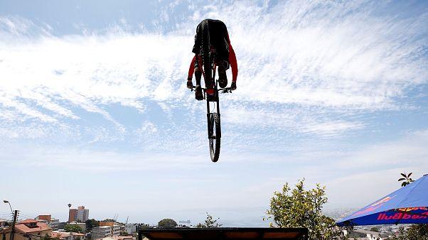 Ils dévalent les collines de Valparaiso à 60km/h à vélo