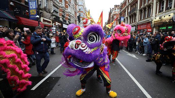 شاهد: صينيو إيطاليا وإسبانيا يحتفلون برأس السنة القمرية
