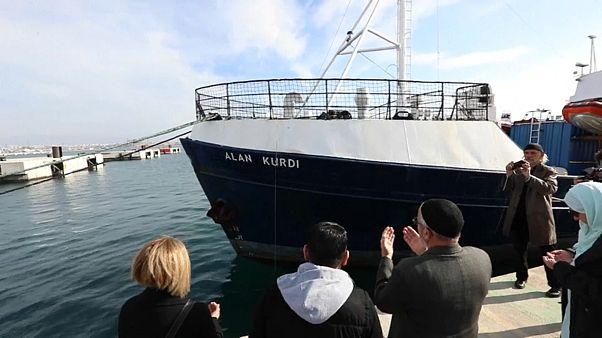 """شاهد: سفينة إنقاذ ألمانية تكرّم الطفل السوري الغريق """"إيلان"""" على طريقتها"""