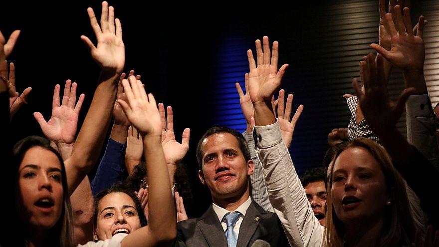 Segélyt oszt az ideiglenes államfő Venezuelában