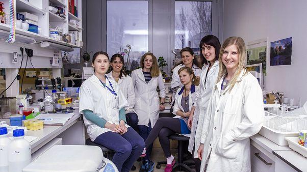 Laboratóriumi dolgozók az MTA Természettudományi  Kutatóközpontjában (2017)