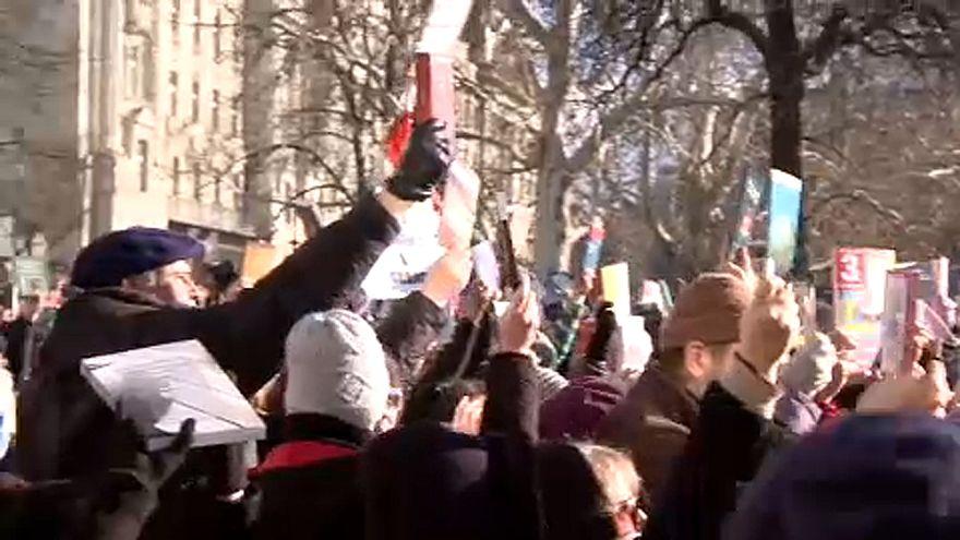 Könyvekkel tüntettek az Akadémia és a tudomány függetlenségéért