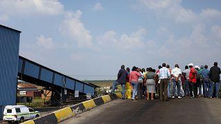 Dühös bányászok miatt akadozik a mentés a dél-afrikai Gloria bányánál