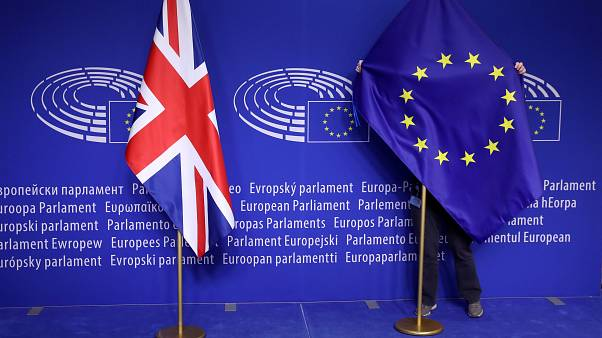 Az EU zászlóját igazítják az Európai Parlamentben