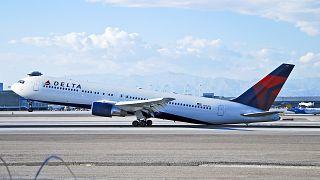 شاهد: سقوط ركاب بعد انهيار سلالم طائرة في مطار صربي