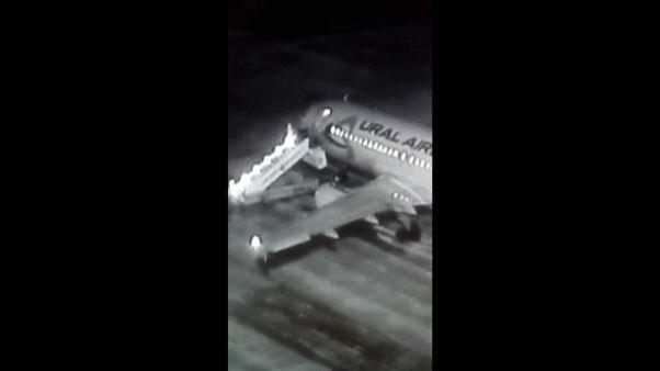 Uçağa binen yolcular merdiven kırılınca yere çakıldı