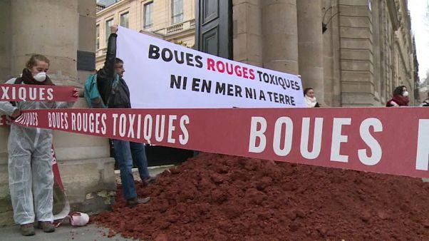 """Des militants écologistes déversent des """"boues rouges"""" à Paris"""