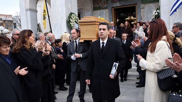 Πλήθος κόσμου παρευρίσκεται στη νεκρώσιμη ακολουθία της Νίκης Γουλανδρή
