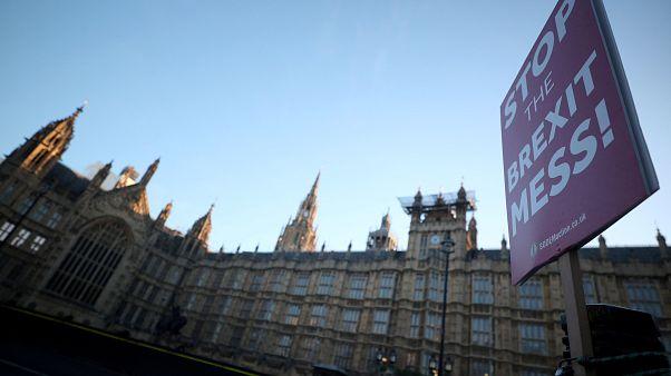 Brexit: Мэй вновь просит об отсрочке