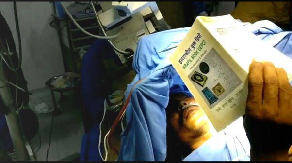 شاهد: مريض يقرأ القرآن أثناء خضوعه لعملية جراحية في المخ