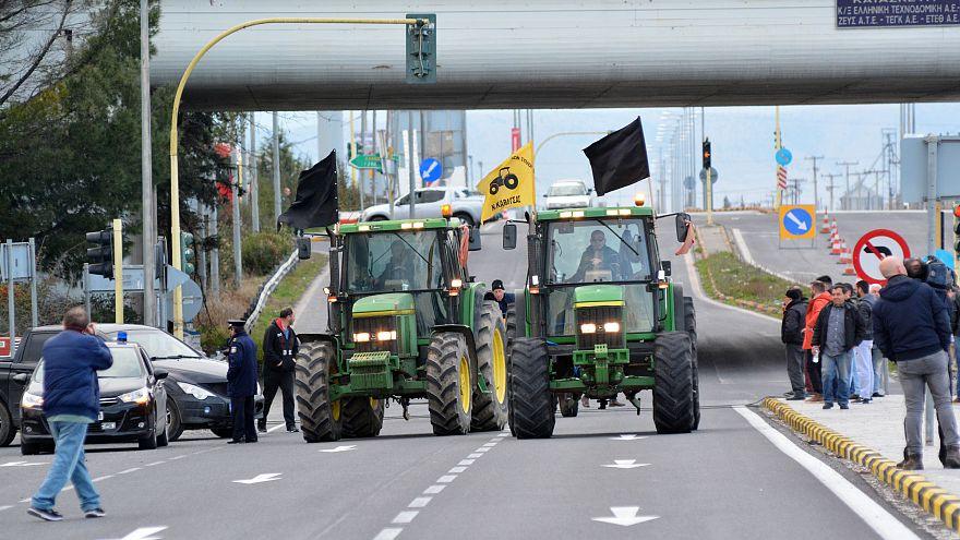 Μπλόκα των αγροτών σε κεντρικούς οδικούς άξονες