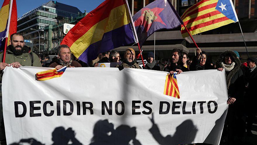 Katalan liderlerin davası Barselona'da protesto edildi