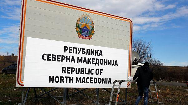 Βόρεια Μακεδονία: Aλλάζουν πινακίδες, διαβατήρια και...αγάλματα!