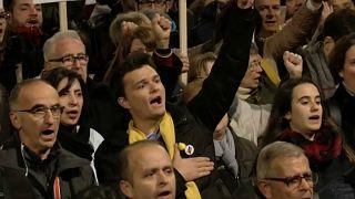 A katalánok támogatják perbe fogott vezetőiket