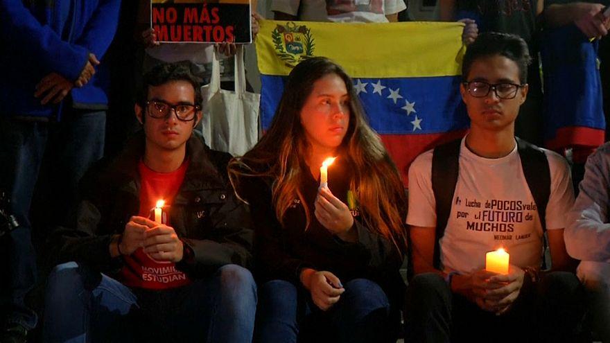 Jóvenes venezolanos celebran una vigilia en Caracas por los muertos en las protestas