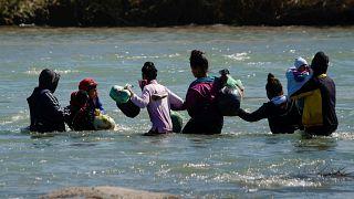Новые группы мигрантов пытаются перебраться из Мексики в США