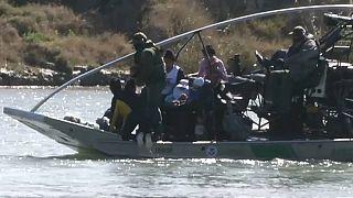 US-Behörden bergen Flüchtlinge aus brusthohem Wasser