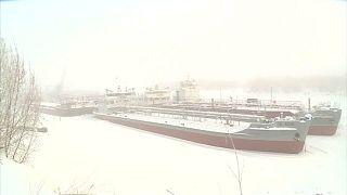 Dünyanın en soğuk kenti Yakutsk'da buzla kaplı gemiler nasıl onarılıyor?