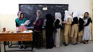 Afganistan'da oy kullanan kadınlar