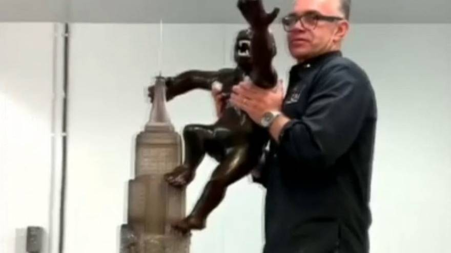Chefs recreate Hollywood monster King Kong with 1.8m chocolate statue