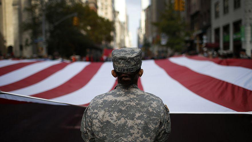 جندية في الجيش الأمريكي تحمل العلم