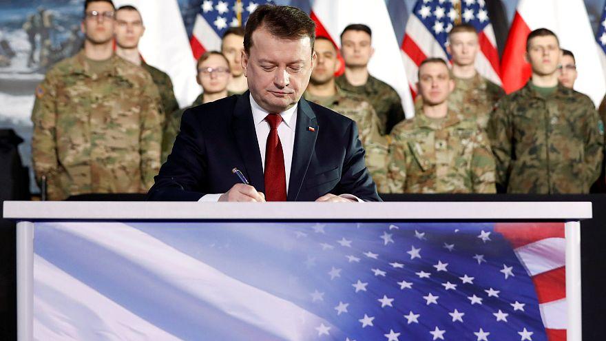Министр обороны Польши Мариуш Блащак подписывает договор о покупке HIMARS