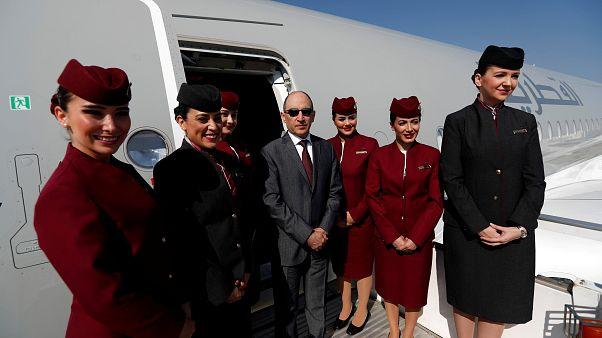 الرئيس التنفيذي للخطوط الجوية القطرية أكبر الباكر وسط طاقم القطرية