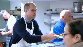شاهد: دوق كامبريدج يساعد في إعداد وتقديم الطعام للمشردين
