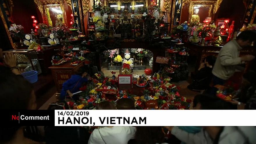 Vietnamese singles look for love at Hanoi pagoda