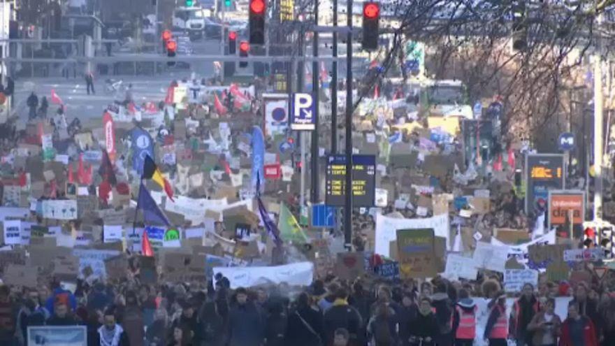 """""""Non ci fermeremo"""": gli studenti belgi in strada per difendere il pianeta"""