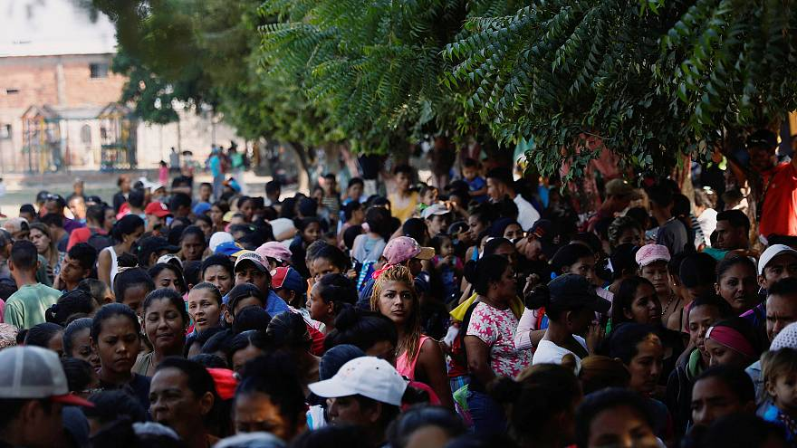 مواطنون فنزويليون ينتظرون للحصول على وجبات غذائية عند مخيم للاجئين
