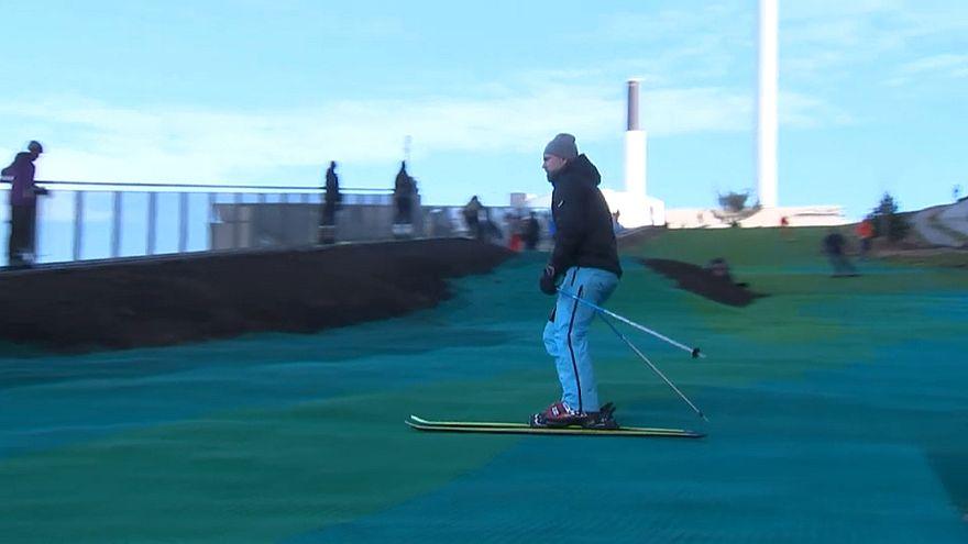 In Dänemark wird jetzt auf einer Müllverbrennungsanlage Ski gefahren