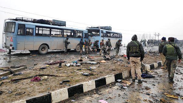 جنود هنود يفحصون حطام حافلة بعد انفجار وقع في الشطر الهندي من كشمير