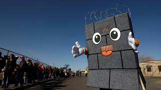 """Trump évite un nouveau """"shutdown"""", mais veut son mur anti-migrants à tout prix"""