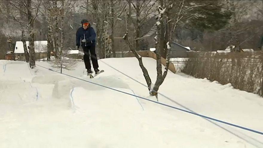 Junge baut sich Schneemaschine und Skilift in den Garten