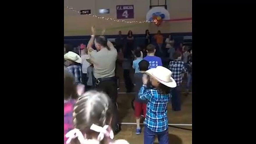شاهد: ضابط يستعرض مهاراته بالرقص في عرض لمدرسة ابتدائية في ألاباما