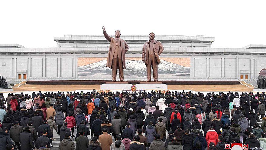 شاهد: الزعيم الكوري يحيي الذكرى 77 لمولد والده كيم جونغ إيل