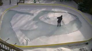 شاهد.. بمجرفة صغيرة وثلوج متراكمة.. كندي يرسم لوحة الموناليزا