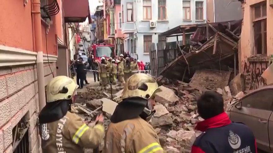 İstanbul Fatih'te üç katlı ahşap bina çöktü